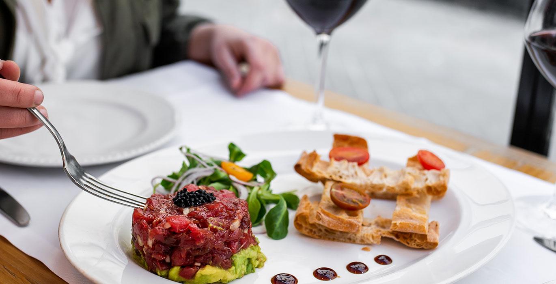 pescados-y-carnes-frescos-acompanados-de-los-mejores-vinos